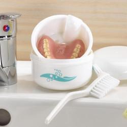 Boîte à dentier et sa brosse