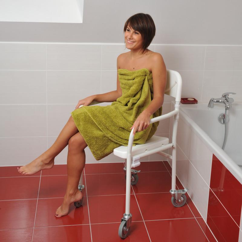 Chaise de douche pliable à roulettes