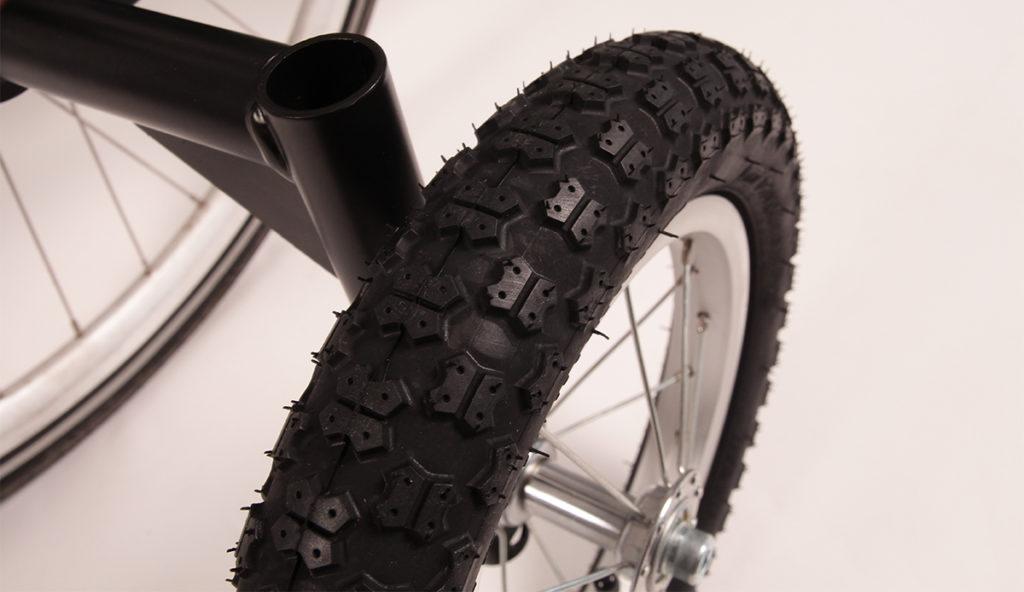 L'une des roues du kit de roues stabilisatrices pour vélo