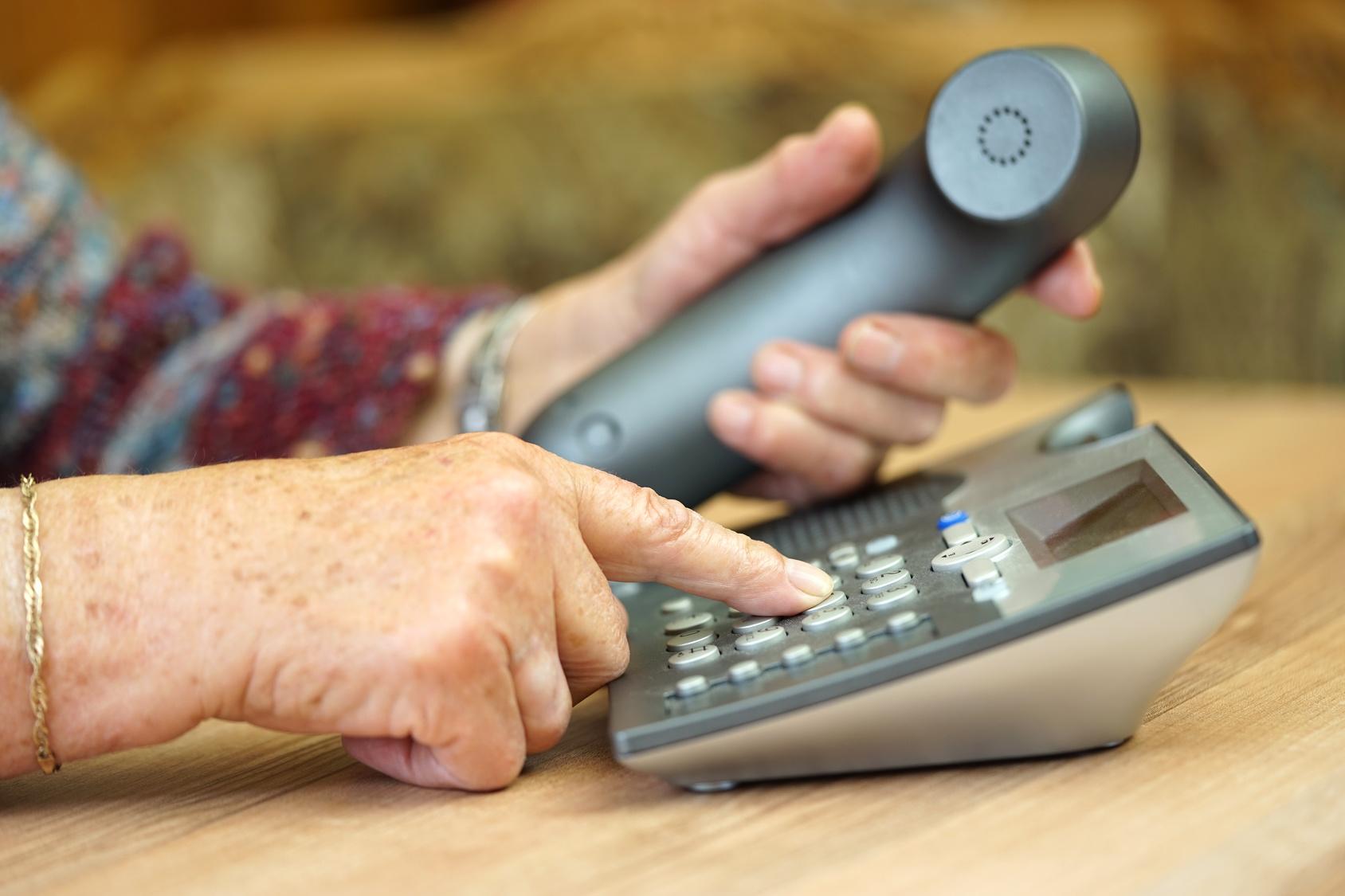 Une hotline pour les personnes âgées isolées
