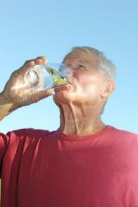 Lutter contre le froid chez les personnes âgées : bien s'hydrater