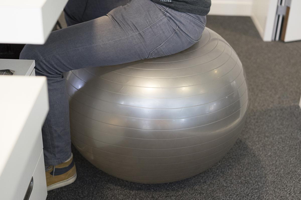 Thibaud en train de travailler sur une Swiss Ball